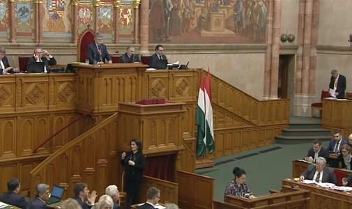 Folyamatosan sípolnak a parlamentben - percről percre