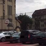 Az új kosárpalánkok alatt parkolnak Kispesten – a polgármestert nem igazán zavarja