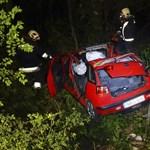 Kép a kunszentmártoni balesetben teljesen összeroncsolódott autóról