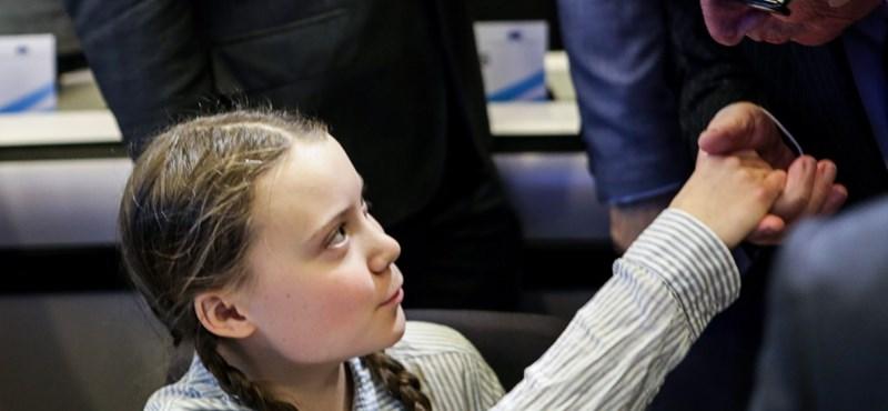 Greta Thunberg egy egész épületet kidekorált a klímaváltozás elleni harcáról szóló szövegekkel