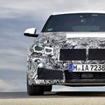 Gyári fotókon a teljesen új 1-es BMW, ami már nem hátul hajt