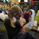 Megszoptatta egy utas babáját a stewardess