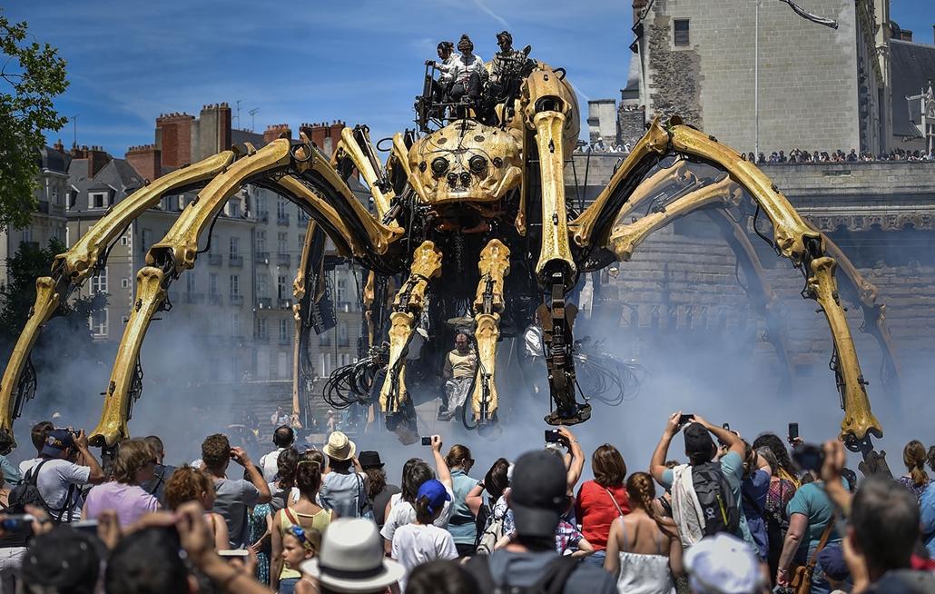 AFP - Nagyítás - Állati 2016 - 16.12.31. -  Les Machines de l'Ile művészeti projekt hatalmas mechanikus pókot mutattak be a franciaországi Nantes-ben.