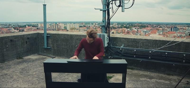 Tizennégy emelet magasban zenél a magyar srác – videó