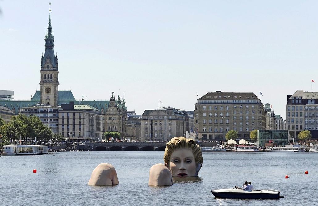 Hamburg - motorcsónak kerüli Oliver Voss óriási hableányát az Alster folyón Németorszában.