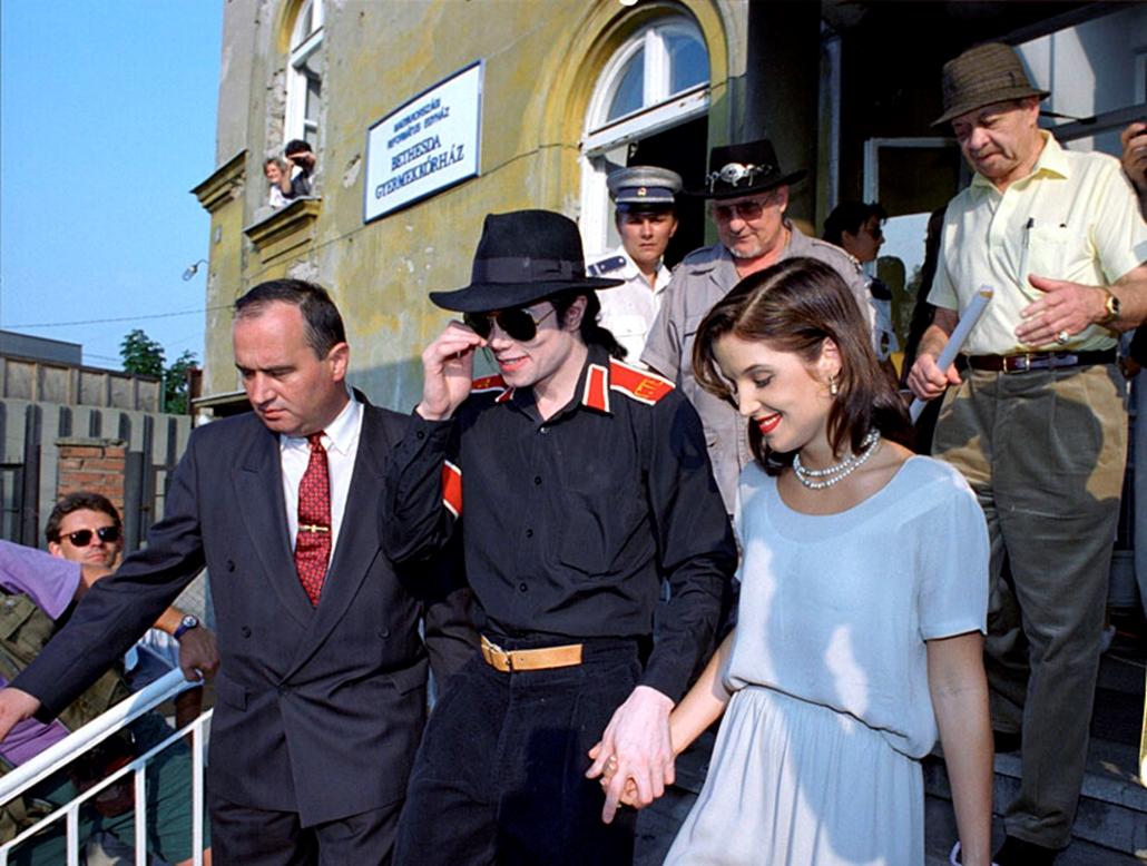 Michael Jackson és felesége, Lisa-Marie Presley a Magyarországi Református Egyház Bethesda Gyermekkórházába látogatott 1994. augusztus 6-án.