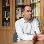 Krekó Péter bepereli az újságokat, amelyek szerint az oltásokba vetett bizalom aláásására buzdított