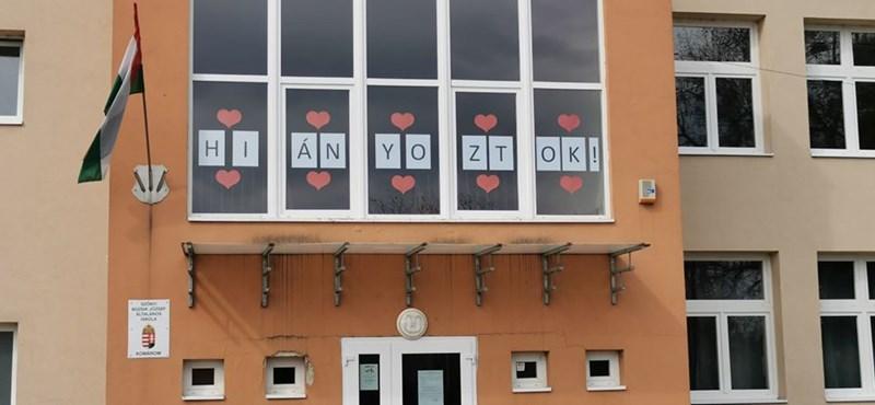 """""""Hiányoztok!"""" - ablakon keresztül üzennek a tanárok egy szőnyi általános iskolából"""