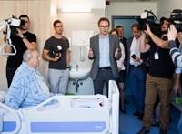 A legbizarrabb átadások: Lajos bácsi meglepődött, amikor kamerák jelentek meg az ágyánál