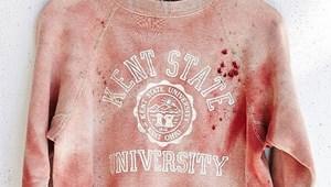 """""""Véres"""" egyetemi pulóvert hirdet egy webáruház"""