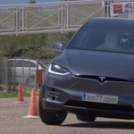 Jávorszarvasteszt: a Tesla röhögve teljesíti, a Toyota majdnem felborul