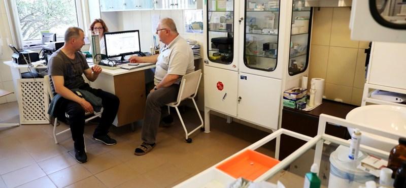 Szolgálati házakkal kedvezne az orvosoknak a kormány