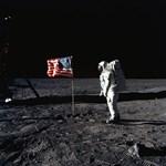 Ember a Holdon: ma is minden ötödik amerikai kamunak tartja
