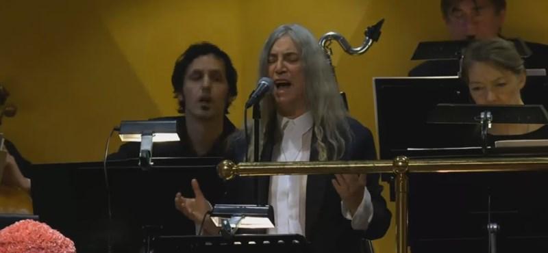 Patti Smith könnyekig hatotta a Nobel-díjátadó közönségét Dylan-feldolgozásával