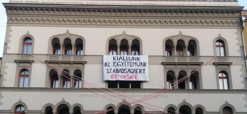 Demonstrációval üzennek a parlamentnek az SZFE hallgatói