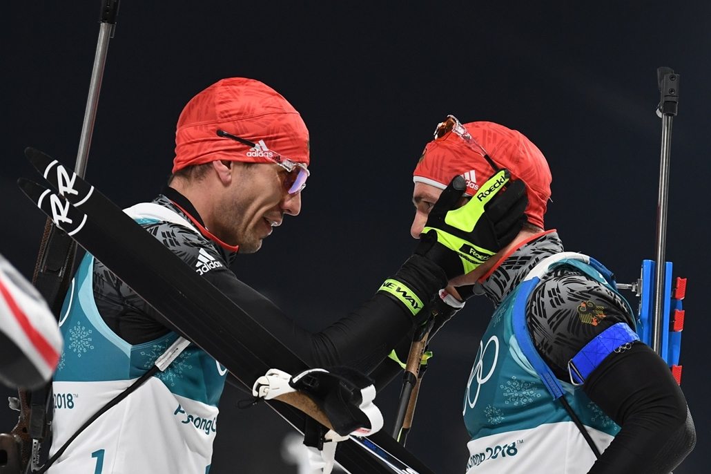 afp.18.02.18. - Phjongcshang, Dél-Korea: A német Arnd Peiffer gratulál honfitársának, Simon Schemppheznek az estütéremhez a férfi tizenöt kilométeres biatlon után a phjongcshangi téli olimpián Kangnungban 2018 februárjában. - napibest, téli olimpia