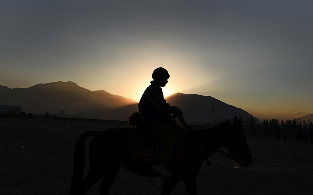 afp.15.12.14. - Kabul, Kisfiú lovagol a naplementében