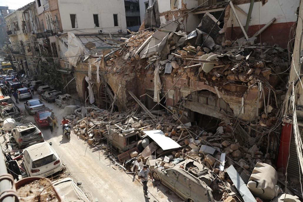 !AP! 20.09.04ig! mti.20.08.05. A pusztítás nyomai a bejrúti kikötőben történt előző napi hatalmas robbanást követően 2020. augusztus 5-én. A detonáció következtében legkevesebb száz ember életét vesztette, több mint négyezren megsebesültek. A robbanások o