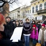 Győztek a szülők Dunaújvárosban: nem vonják össze az iskolákat