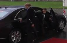 Bezáródott az autójába Theresa May, amikor Angela Merkelhez ment – videó