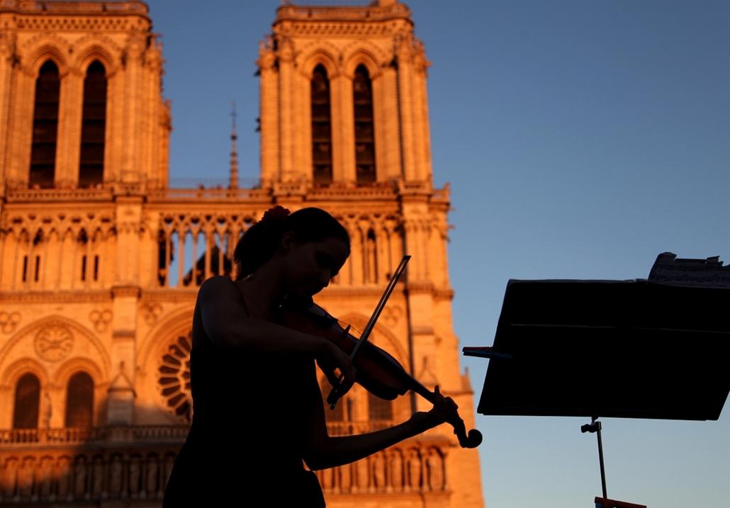 a zene világnapja nagyítás - Párizs, Franciaország - fiatal nő játéka a Notre Dame előtt