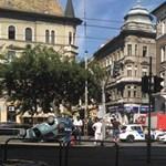 Felborult egy autó a József körúton – fotó