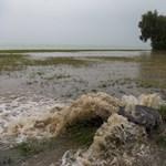 Hömpölyög a víz több balatoni település utcáin – fotók