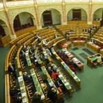 Szinte teljes kormánynévsort lengetnek a Fidesz közeléből