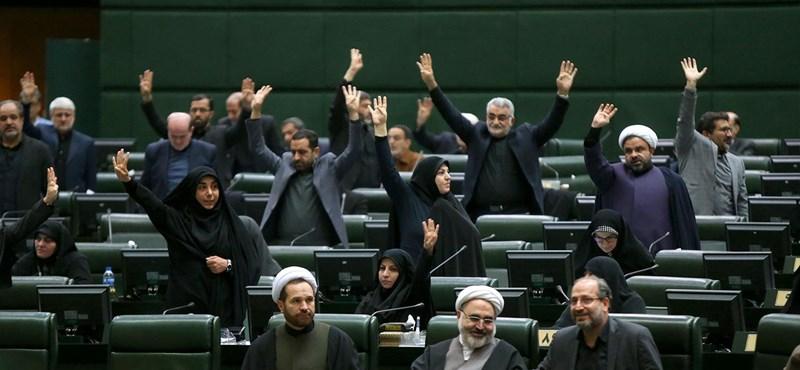 Terroristának minősítette az amerikai fegyveres erőket az iráni parlament