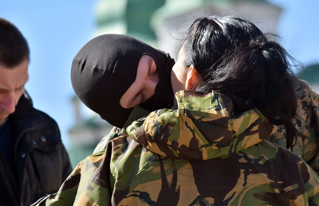 afp. hét képei - Kijev, Ukrajna, 2015.03.17. A fighter of the Ukrainian Donbass volunteer battalion bids his wife goodbye on March 17, 2015 after a farewell ceremony in the center of Kiev before their departure for the east of the country to take part in