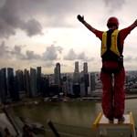 Lélegzetelállító videó a városi bázisugrásról Szingapúrban (videó)