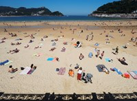 Spanyolországban bemutatták, hogyan lehet védőtávolságban napozni