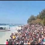 Drámai videó: százával mentik a turistákat a pusztító földrengés után Indonéziában