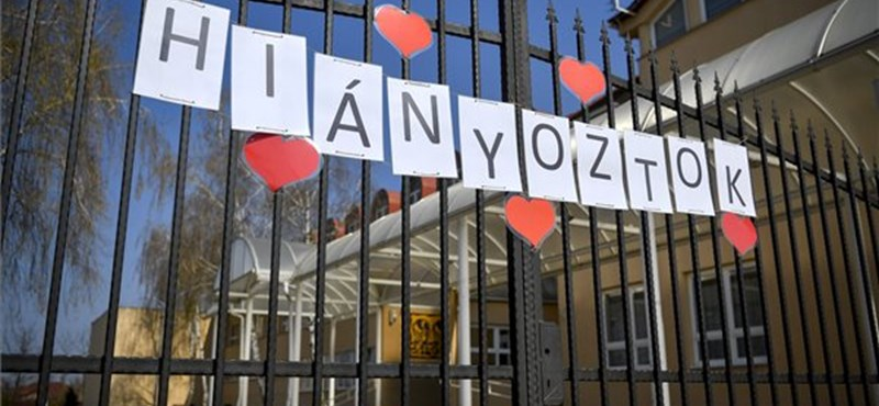 """Újabb iskola kerítésére került fel a """"Hiányoztok!"""" felirat"""