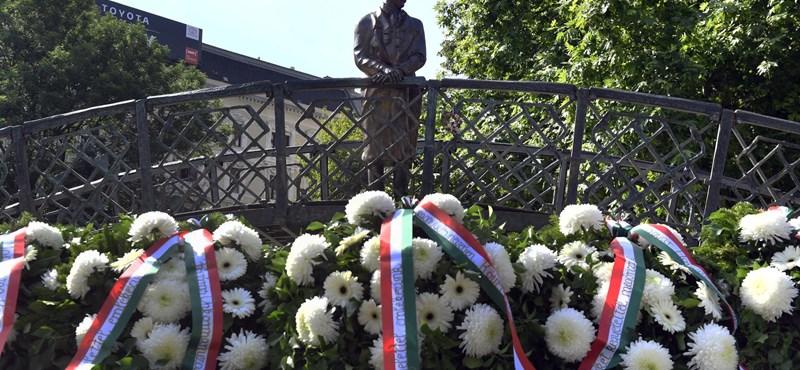 Új helyén koszorúzták meg a Nagy Imre-szobrot