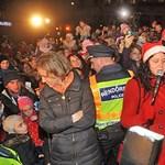 Ki kellett menteni a tömegből a lappföldi Mikulást Pécsen