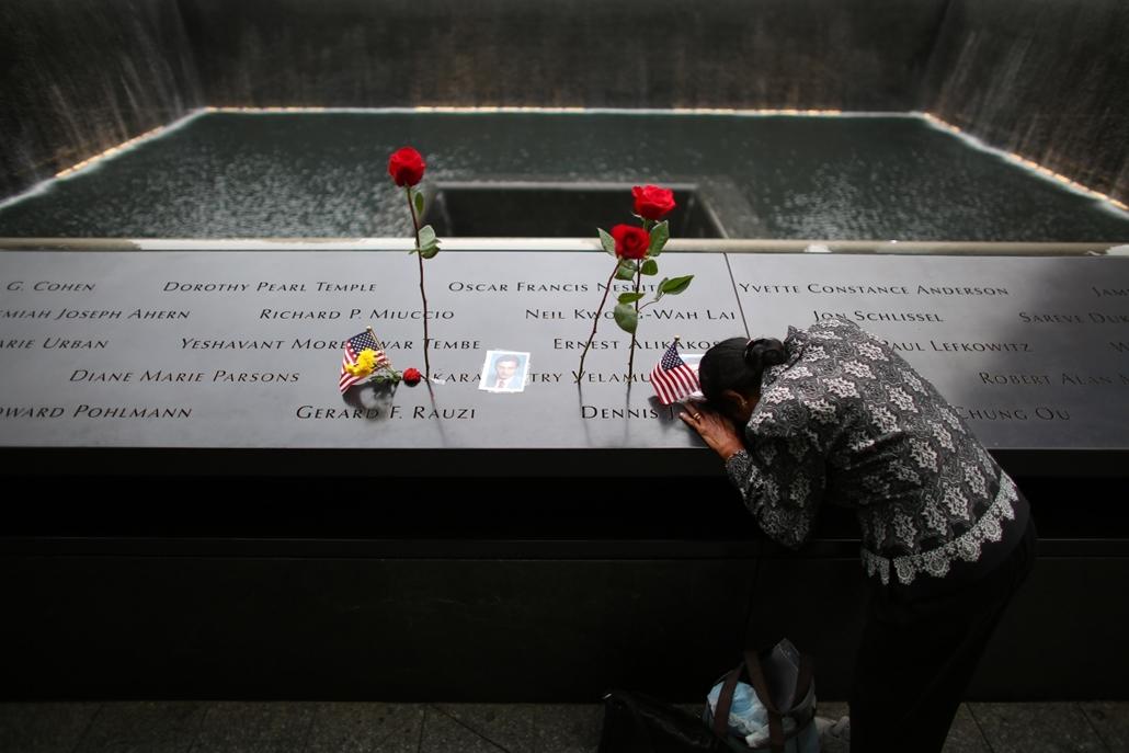 afp.14.09.11. Egy nő gyászolja férjét az Északi Toronynál lévő emlékműnél.