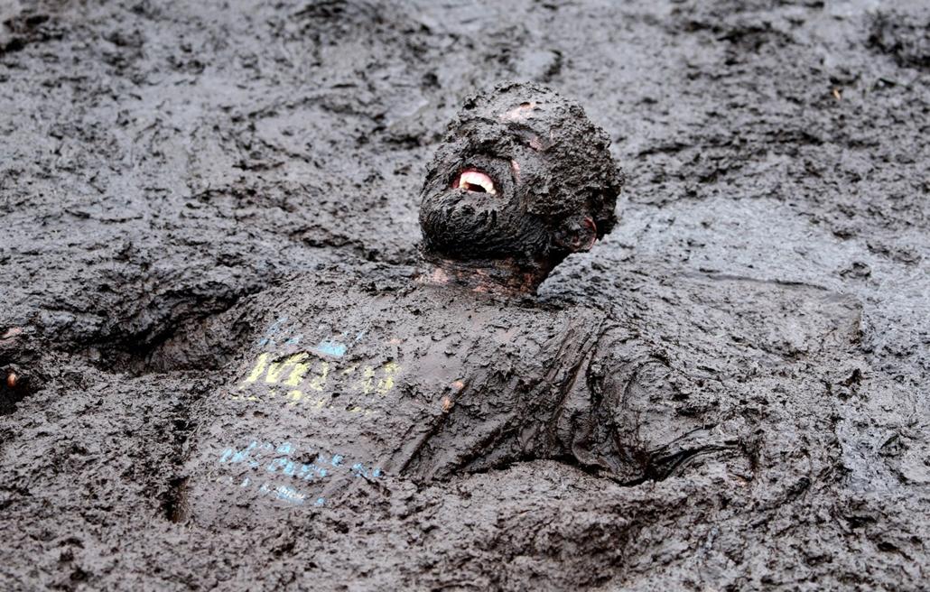 afp.14.09.14. - Portadown, Egyesült Királyság: résztvevő a Mud Madness versenyen