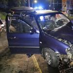 A sofőr be volt csatolva és túlélte, a hátul ülő nem, ő meghalt a hajnali balesetben