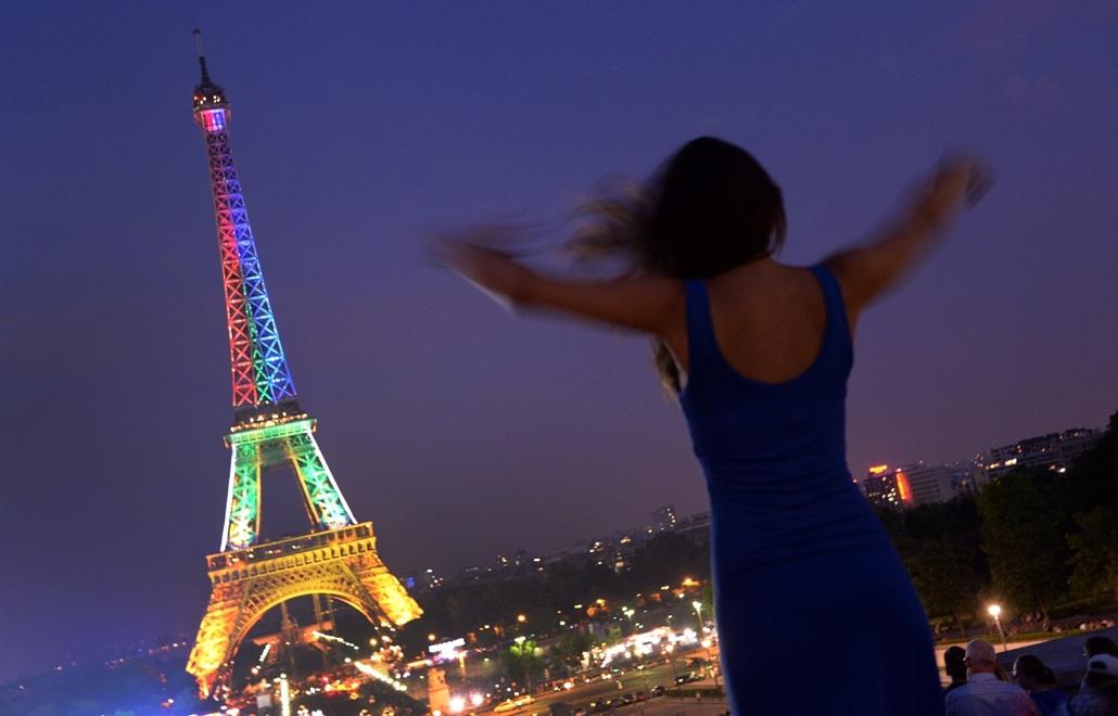 Párizs, Franciaország: Nelson Mandela születésnapja alkalmából kivilágított Eiffel-torony