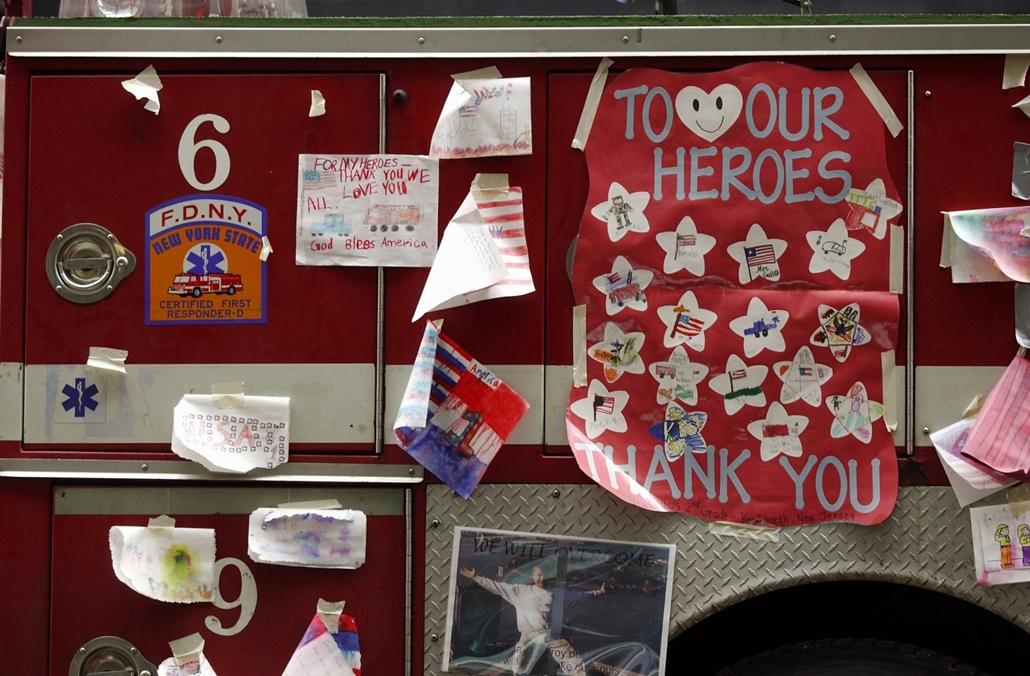 afp.01.09.27. Gyerekrajzokkal díszített tűzoltóautó áll a Broadwayen szeptember 27-én, közel a terrortámadás helyszínéhez.