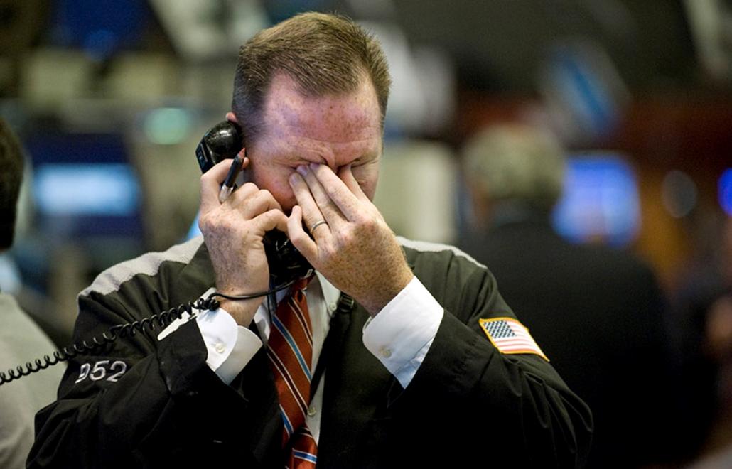 Bróker fogja a fejét, miután kitört a válság a new yorki értéktőzsdén 2008. szeptember 17-én.