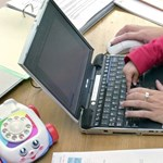 Így lesz a 4 órás munkaidőből 8 órás – a kisgyerekes szülőkkel jól kitol a rendszer