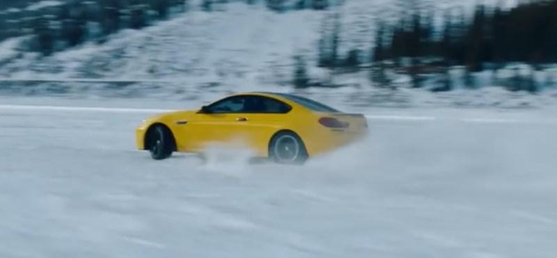 Irigylésre méltó befagyott tavon repeszteni egy BMW M6-tal – videó