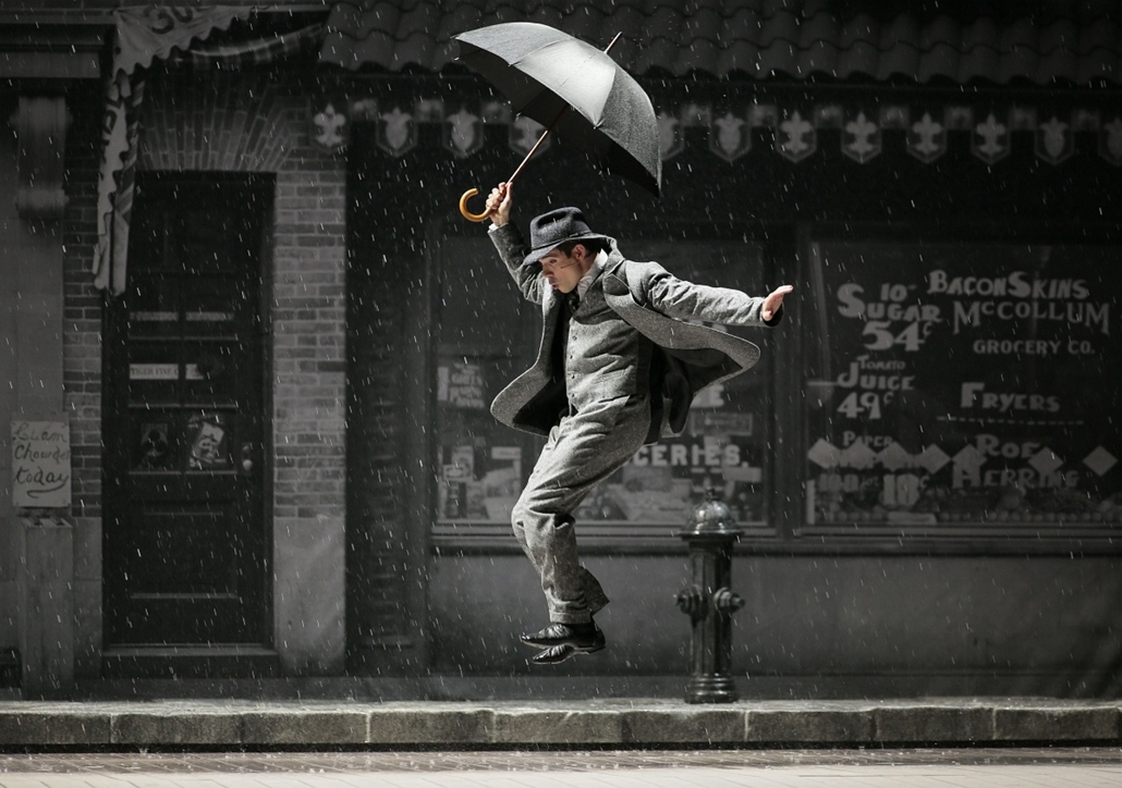 afp. hét képe - Párizs, Franciaország, 2015.03.09. ének az esőben, An actor performs during the general rehearsal of  Singin' in the rain directed by Robert Carsen, on March 9, 2015 on the stage of the Theatre du Chatelet in Paris.
