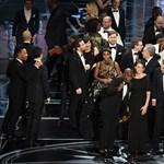 Őrök védik az Oscar-borítékot felcserélő két dolgozót