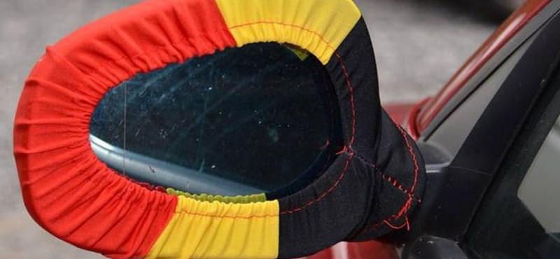 Egyébként is béna, de a rendőrség sem tolerálja a visszapillantóra húzott zoknikat