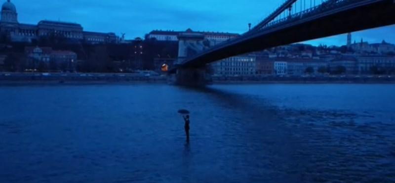 Ön is látta ezt a rejtélyes esernyős férfit a Duna közepén? Kiderült, ki az