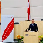 Díjat kapott a HVG a bécsi parlamentben, Orbánnak is megköszöntük