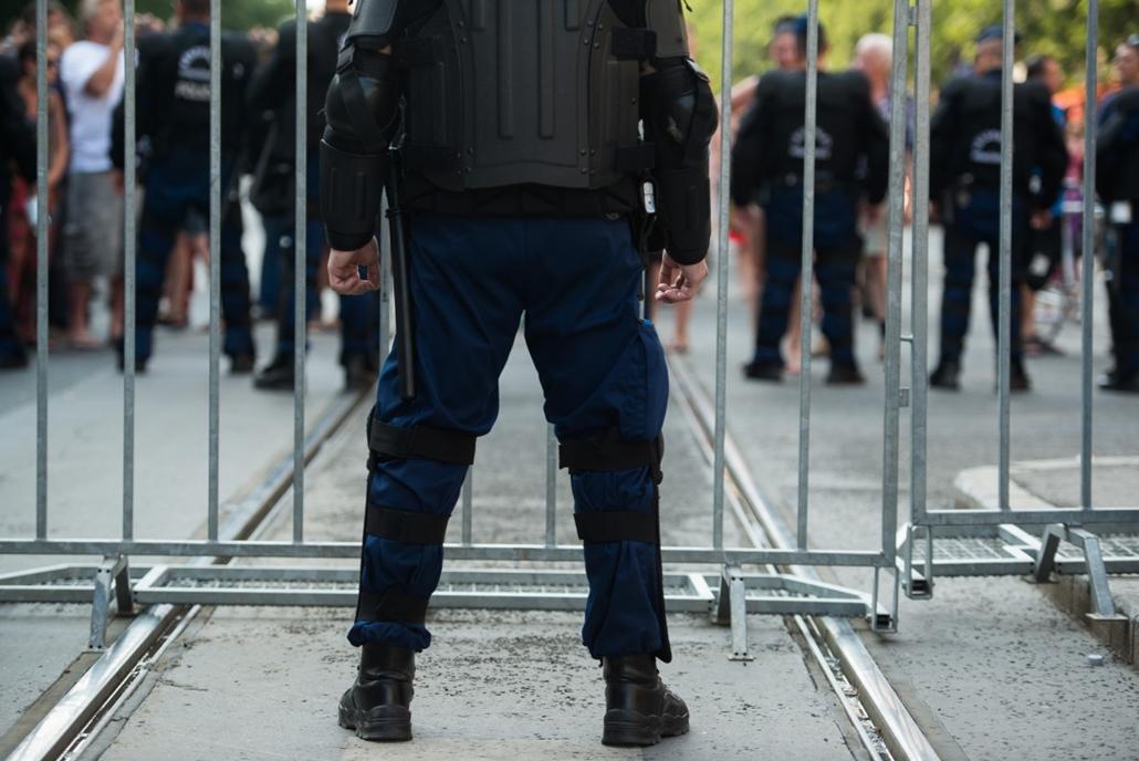 sa. kitakart rendőr, rendőr kitakarás - 2012. melegfelvonulás, Budapest Pride melegfelvonulás budapesten, ami után jobboldali szélsőségesek randalíroztak a Kossuth téren, többeket rendőrök vittek el.